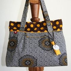 She Wears Shwe shwe Ankara Bags, African Accessories, Sewing To Sell, Tote Bags Handmade, Latest Bags, African Fabric, African Prints, African Inspired Fashion, Craft Bags