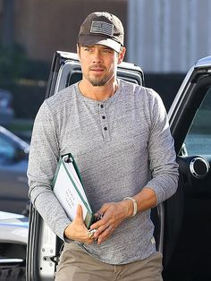 Star Tracks: Monday, December 30, 2013 | STICK TO THE SCRIPT | Does Josh Duhamel have a new movie in the works? The actor gets going in L.A. on Sunday with reading material in hand.