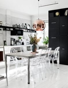 Louis Ghost Stühle von Kartell in der schwarz-weiß geprägten Küche von Lise; Foto: Stylizimo Unkompliziertes Einrichten mit modernen Designklassikern: http://blog.ikarus.de/stil-schau/wohnen-in-schwarz-weiss_8360.html