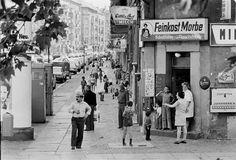 """Lieblingsbild: Dieses Foto ist eine der Liebslingsaufnahmen Kramers. Es entstand für die Postkartenserie """"Noch ist Kreuzberg nicht verloren"""". Auf der Rückseite der Postkarte fand sich ein Zitat von Jane Jacobs aus ihrem berühmt gewordenen Buch """"Tod und Leben großer amerikanischer Städte"""": """"Unter der scheinbaren Unordnung der alten Stadt herrscht, wo immer sie gute Funktionen hat, eine wunderbare Ordnung [...]. Diese Ordnung setzt sich zusammen aus Bewegung und Wechsel, und obwohl..."""