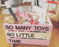 Befestige Rollen unten an die KNAGGLIG Box – und dein Kind kann damit sein Spielzeug, seine Lieblingsbücher oder auch sich selbst in jeden Raum rollen.