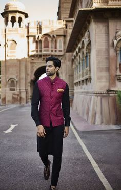 Latest Men Dulha Mehndi Dresses Kurta Shalwar Collection consists of latest & modern designs of menswear ethnic wasitcoat, shwerwani coat, etc Wedding Kurta For Men, Wedding Dresses Men Indian, Wedding Dress Men, Wedding Suits, Wedding Wear, Wedding Attire, Mens Indian Wear, Indian Groom Wear, Mens Traditional Wear