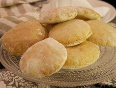 Hämmentäjä: Falafelit, pitaleivät, jugurttikastike ja manteli-couscous. Pita bread.