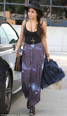 Seen on Celebrity Style Guide: Vanessa Hudgens chose the Sauce The Cosmic Zipper Maxi Skirt shopping in Burbank May 2012 Boho Fashion, Girl Fashion, Fashion Dresses, Fashion Trends, Gothic Fashion, Vanessa And Austin, Vanessa Hudgens Style, Summer Outfits, Cute Outfits