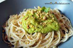 Espaguetis con aguacate y frutos secos