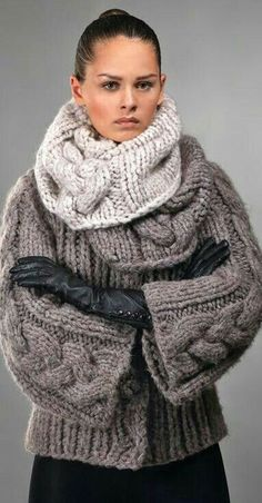 Super bulky knit jacket and cowl with cables Big Knits, Crochet Poncho, Crochet Blouse, Jacket Pattern, Knitted Gloves, Knit Fashion, Mode Inspiration, Knitting Designs, Hand Knitting