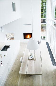 Witte woonkeuken met haard. Stijlvolle houten vloer #keuken #haard