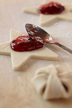 Deze bladerdeegkoekjes met jam zijn perfect voor bij de thee. Verwarm de oven voor op 200 graden. Zet een bakplaat met bakpapier klaar. Laat bladerdeeg ontdooien volgens de aanwijzingen op de verpakking. Steek met een sterretjesvorm sterren uit van het deeg. Verhit de jam in de magnetron voor 15-20 seconden, net genoeg om het mengsel wat […]