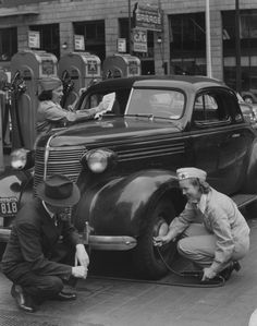 Back when gas stations were full service. Female gas station attendants assist a customer in San Francisco, CA - 1942 Old Photos, Vintage Photos, Famous Photos, Gas Station Attendant, Pompe A Essence, Photos Originales, Old Gas Stations, Filling Station, Gas Pumps