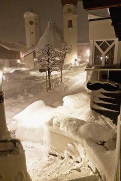 Hotel Kirchplatz Eingang! Willkommen in St. Anton am Arlberg. Das Hotel Kirchplatz freut sich auf Pow Pow Pow...
