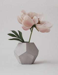 This small and cute geometric concrete vase is ideal for little flowers or branches. Vase measures about inches cm) high and inches Concrete Crafts, Concrete Projects, Concrete Design, Vase Centerpieces, Vases Decor, Vase Design, Vase Crafts, Wooden Vase, Ceramic Vase