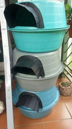 Don't have enough space inside for your fur babies? Make a nice outdoor cat house for them. These houses provide protection and safety for the cats while allowing them to roam. Feral Cat Shelter, Feral Cat House, Feral Cats, Animal Shelter, Cat Shelters, Niche Chat, Outdoor Cats, Outdoor Cat House Diy, Indoor Outdoor