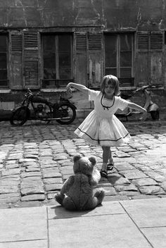 Ideas for vintage photography black and white robert doisneau Robert Doisneau, Black White Photos, Black And White Photography, Tanz Poster, Kind Photo, Paris Match, Ansel Adams, Jolie Photo, Girl Dancing