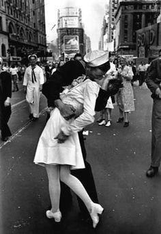 Alfred Eisenstaedt, V-J Day, Times Square, 1945