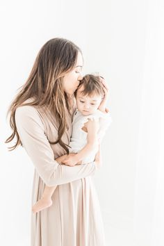 Best Mom And Baby Photography Newborn Session Parents 21 Ideas Newborn Baby Photography, Newborn Session, Newborn Photos, Maternity Photographer, Family Photographer, Studio Family Portraits, Newborn Fotografie, Family Picture Outfits, Cute Baby Pictures