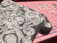 彫り途中の消しゴム