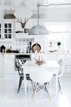 Witte Scandinavische keuken met zwarte accenten.