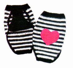 MATERIALES: 100 gramos de fibra acrilica semigorda en color negro; 100 gramos en color blanco; 50 gramos en color fucsia; Aguja para cr... Chat Crochet, Love Crochet, Crochet Gifts, Diy Crochet, Loom Patterns, Crochet Patterns, Crochet Dog Sweater, Cat Sweaters, Pet Fashion