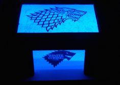 Lampe geek personnalisée, lampe Games of Thrones, Famille Stark, lampe led bleue,,lampe ambiance geek, cadeau personnalisé, lettre prénom de la boutique LeBoisdesLumieres sur Etsy