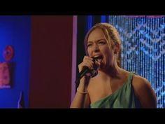Vive cantando. Paula le dedica una cancion a su tia