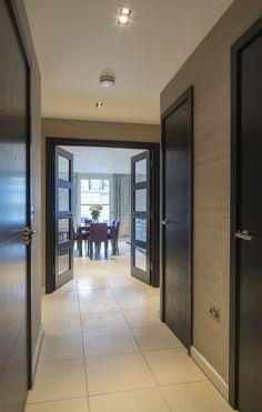 Moderne woonkamer inspiratie met wandafwerking van hout | Woonkamers ...