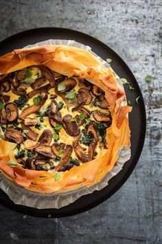 Savory pie with filo pastry and mushrooms - Besbelli Spinach Recipes, Vegetable Recipes, Salad Recipes, Pavlova, Easy Healthy Recipes, Vegetarian Recipes, Good Food, Yummy Food, Oven Dishes