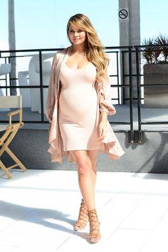 Referência de grávida estilosa, Chrissy Teigen apostou no visual com tons neutros puxados pro rosa. O look, além de super fashion, passa serenidade e calma.