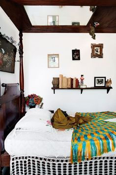 La Casa Azul: The Mexico City Home of Artist Frida Kahlo Frida Kahlo has been one of my favorite artists for well over a. Interior Design Tips, Interior And Exterior, Interior Decorating, Style At Home, Home Living, Living Spaces, Home Bedroom, Bedroom Decor, Fridah Kahlo