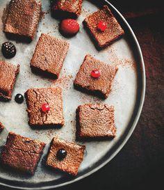 Carrés de polenta au chocolatIngrédients (pour 12 carrés) : -60 g de polenta instantanée-2 cuillères à soupe de cacao non sucré-300 ml de lait écrémé-1 goutte de vanille liquide-1 cuillère à café d'édulcorant liquide de cuisson-2 cuillère à café de beurre doux allégé à 39/41 %Préparation :Diluer le cacao dans un peu de lait froid, puis le verser dans une casserole avec le reste de lait, l'extrait de vanille et l'édulcorant. Mélanger et faire chauffer.Dès les premiers frémissements…