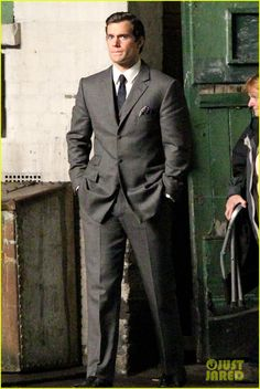 henry cavill suits up on man from uncle set 02