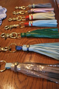 Would be cute purse charms Diy Leather Tassel, Diy Tassel, Tassel Jewelry, Leather Jewelry, Leather Craft, Tassels, Jewelery, Bijoux Diy, Leather Projects