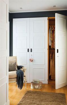 Armario de tres puertas en blanco