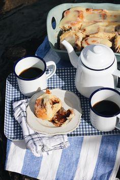 Cinnamon rolls and coffee in enamel mugs Picnic Date Food, Picnic Foods, Picnic Recipes, Picnic Ideas, Picnic Photography, Breakfast Photography, Breakfast Picnic, Sunday Breakfast, Sunday Recipes