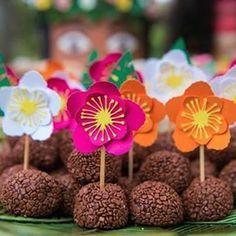 CAFÔFU - ATELIÊ DE ARTE: HOJE É DIA DE FESTA! - FESTA JARDIM Aloha Party, Moana Birthday Party, Moana Party, Luau Party, Birthday Parties, Flamingo Birthday, Flamingo Party, Festa Moana Baby, Sunset Party