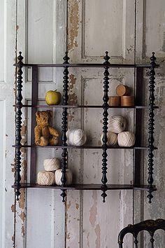 同一に薄いウォールシェルフ-pine wall shelf 壁と前を通る人との距離感を配慮に入れた、嬉しいコンパクトさ。間に縦コラムが2本、ディスプレイしたお品が落下するのをより防ぐならばワイヤーで留めを渡しても良いかも。シックに深いオーク色のステイン、ウォールデコレーションにこっくりとした枠を落とす。パーツに欠損なく全て揃っております。底面後ろに元々擬宝珠装飾が付いていない為、自立不可の壁掛け専用のウォールシェルフになります。