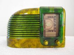 VINTAGE 1940s OLD ART DECO MID CENTURY ANTIQUE STREAMLINED BAKELITE RADIO
