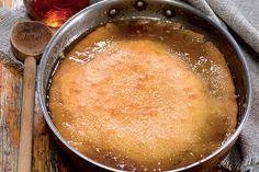 Dans un autre bol, battre le beurre avec le sucre et l'œuf jusqu'à ce que le mélange soit onctueux. Incorporer, en alternant, la farine et le lait. Verser la pâte dans le moule... Cupcake Recipes, My Recipes, Sweet Recipes, Cooking Recipes, Favorite Recipes, Pudding Chomeur, Maple Syrup Recipes, Butter Tarts, Desert Recipes