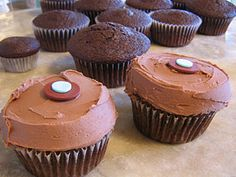 ideas for birthday cake chocolate icing desserts Chocolate Chip Cookies, Chocolate Cheesecake Cupcakes, Chocolate Cake Mix Recipes, Chocolate Frosting Recipes, Chocolate Icing, Coconut Cupcakes, Chocolate Hair, Chocolate Sprinkles, Chocolate Cups
