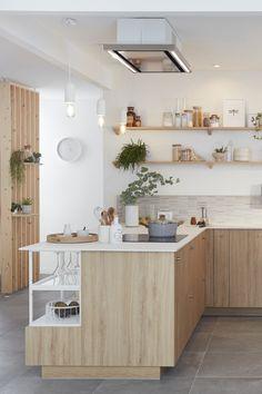 Lieu de convivialité par excellence, surtout quand elle est ouverte, la cuisine doit avant tout être bien équipée, ergonomique et disposer de nombreux rangements. Mais comment lui donner un style unique et harmoniser mais aussi fonctionnel et pratique ? Il suffit d'une dominante de blanc et de bois clair, de touches minérales et d'étagères décoratives pour inscrire la cuisine dans une ambiance nature et zen qui transforme tout l'espace. Découvrez comment aménager cette cuisine chaleureuse. Kitchen Room Design, Kitchen Decor, French Interior Design, Cuisines Design, Interior Decorating, Interior Ideas, Sweet Home, New Homes, House Design