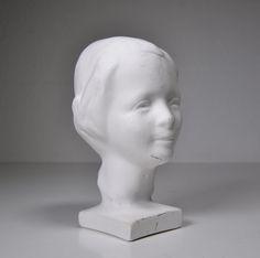 Palkintoja urallani ei ole liiemmin kertynyt, mutta Hymytyttö-patsas kurkistelee astiakaapin lasiovien kautta olohuoneeseeni.