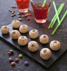 Quelle idée parfaitement monstrueuse de transformer des boules coco en petits yeux globuleux pour Halloween. Facile à faire et très bon. Merci à Sandra de Cuisine addict pour l'idée de recette !