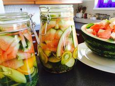 Görögdinnye héjából készítek látványos savanyúságot | Hobbikert.hu Edible Plants, Ketchup, Pickles, Cucumber, Zucchini, Tasty, Canning, Vegetables, Recipes