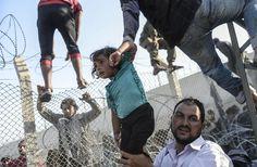 """RETO 5. """"Broken Border"""", foto de Bulent Kilic, tercer premio de WPP. Fotografía de gente intentando cruzar la frontera que separa Turquía de Siria, sin duda una pequeña muestra de una gran realidad presente."""