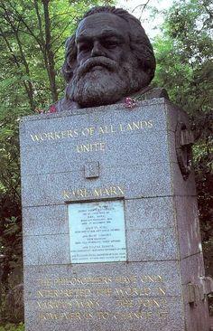 """Monumento funebre del filosofo nel cimitero di Highgate,londra. L' epitaffio recita : """" I filosofi hanno soltanto interpretato in modi diversi il mondo; ma ora la questione è di cambiarlo. """""""
