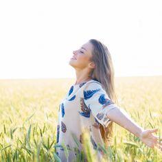 Não deixe que a tristeza tome conta do seu coração. Aprenda aqui uma oração poderosa para se sentir mais leve e mais feliz.