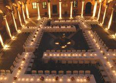 Quattro croci bianche nel chiostro del complesso monumentale di S. Spirito in Saxia a Roma. È l'installazione ideata in occasione della cena...
