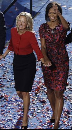 (August Michelle Obama wears a Thakoon Resort 2009 dress and Erickson Beamon brooches at the 2008 DNC Barak And Michelle Obama, Barrack And Michelle, Presidents Wives, Black Presidents, Barack Obama, Presidente Obama, American First Ladies, Jill Biden, First Black President