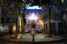 La place de Furstenberg est réputée pour être l'une des plus charmantes places de Paris. Le peintre Delacroix a d'ailleurs eu le bon goût de s'y installer(au n°6)… Si vous êtes à la recherche de l'âme de Saint Germain des Près, c'est ici qu'il faut aller. lieux-romantiques-paris
