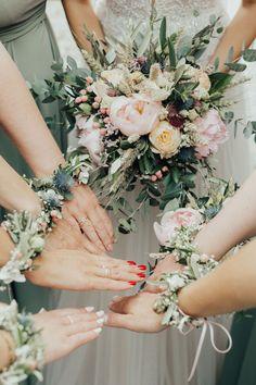 Garden Wedding Centerpieces, Wedding Flower Arrangements, Rustic Wedding Flowers, Floral Wedding, Wedding Dress, Wrist Corsage Wedding, Wedding Planning List, Hand Flowers, Bridesmaid Flowers