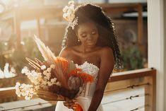 Maquiagem e penteado para noiva: conheça nossa seleção de beauty artists de todo BrasilMaquiagem para noiva: o guia completo para todos os tipos de pele e casamentoPenteados de Noiva: de 150 lindas inspirações pra escolher o seu{Dicas Úteis} Penteados para a mãe da noiva e do noivo Second Hand, Afro, Crown, Vintage, Fashion, Bridal Hair, Hair Down Hairstyles, Makeup For Brides, Bridal Veils